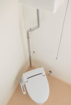 ハイタンク式トイレ